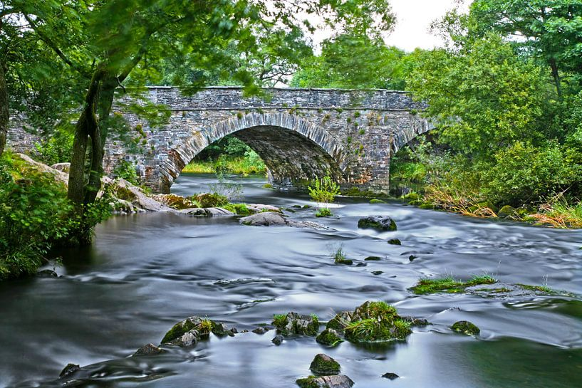 Romeinse brug over een rivier in het Lake District in Engeland van Hans Kwaspen
