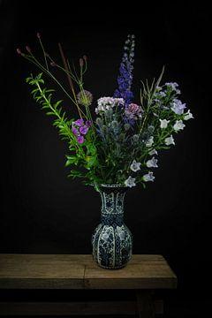 """Stilleven bloemen in een vaas: """"Paars in Delfts blauw"""""""