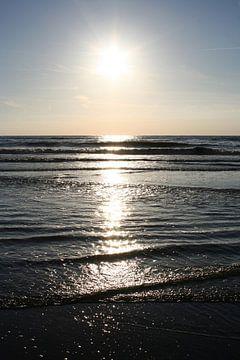 Reflectie van de zon in de zee van