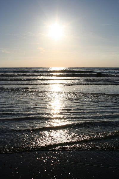 Reflectie van de zon in de zee van Anouk Davidse