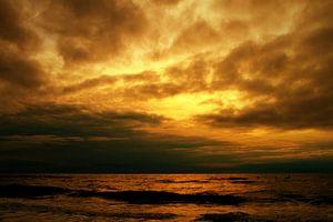 Oranje wolken van