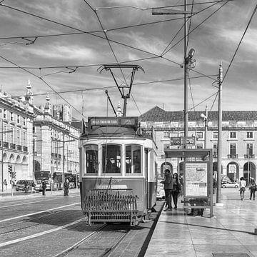 Trammetje in oude gedeelte van de stad Lissabon van Hennie Dijkstra