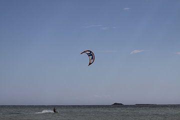 Kitesurfer op zee von Cora Unk