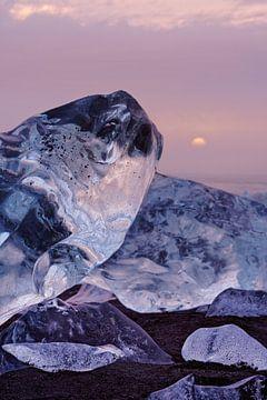 Blokken ijs in het avondlicht