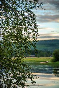 Meertje met bootje in Idre, regio Dalarna in Midden-Zweden.  van