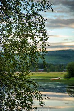 Meertje met bootje in Idre, regio Dalarna in Midden-Zweden.  von Margreet Frowijn