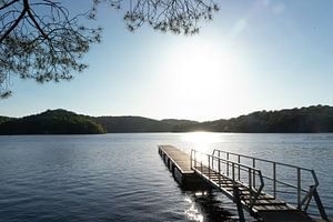 Steiger in meer, met zonsondergang van