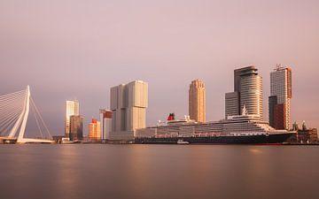 skyline van rotterdam met cruiseschip von