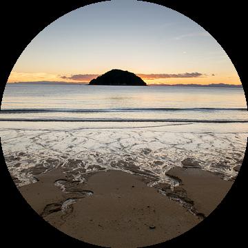 Abel Tasman strand tijdens zonsopkomst van Tom in 't Veld