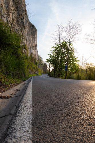 Verlaten asfaltweg langs hoge kliffen