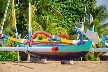 Kleurrijke vissersboot op Bali van Susan Schuurmans Fotografie