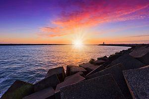 zonsondergang achter het havenhoofd bij de haven van Scheveningen