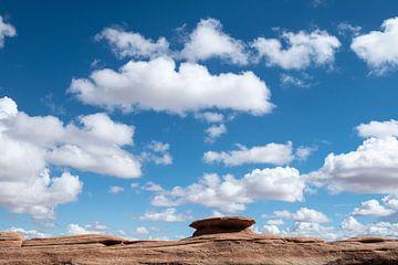 Wolken über der Felsformation von John Faber