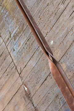 Industriele verroeste stalen strippen en beton van Tonko Oosterink