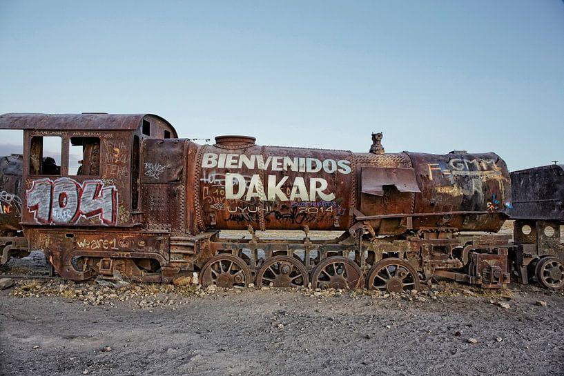 Oude trein op een trein begraafplaats 'Cementerio de los Trenes', Uyuni, Bolivia van Tjeerd Kruse