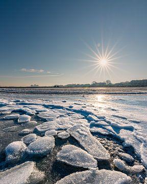 IJs aan het strand in Stein, Oostzee (D) van Marco de Jong