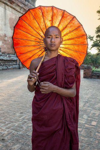 Jonge monnik voor een budhistisch klooster in Baghan. Wout Kok One2expose