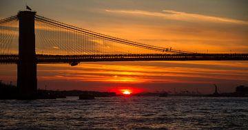 Brooklyn Bridge tijdens zonsondergang van Rosan Verbraak