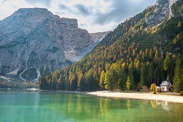 Kapelletje aan de Pragser Wildsee in de Dolomieten van Rob IJsselstein