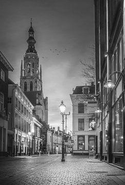 Pittoreske Bredase straat tijdens magische zonsondergang - Zwart/Wit van Jesper Stegers