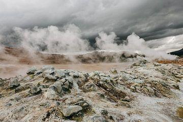 Isländische Landschaft ❘ Rauch des Geysirs ❘ dramatische Atmosphäre ❘ fotografische Arbeit von Floor Bogaerts