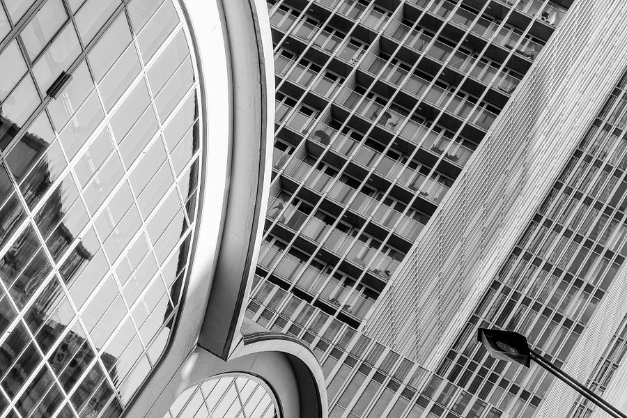 Zwart-wit foto van de Cruise Terminal en De Rotterdam van Mark De Rooij