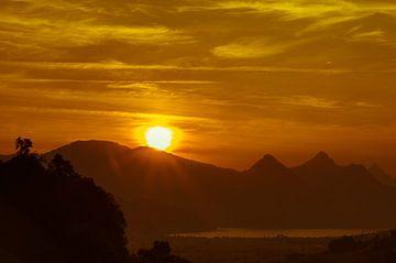 """""""Zonsopkomst"""" over het Vierwoudstrekenmeer, Zwitserland. van Kaj Hendriks"""