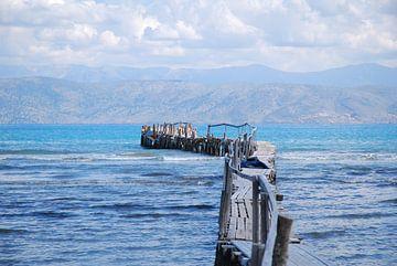Houtensteiger in de zee aan de kust van Corfu van Ingrid Van Maurik