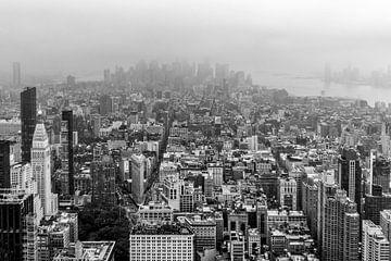 Cloudy Manhattan NYC (zwart/wit) van Natascha Velzel