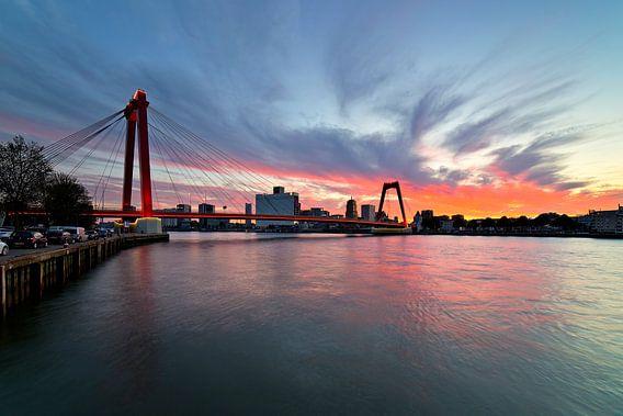 Willemsbrug te Rotterdam met mooie wolkenlucht van Anton de Zeeuw