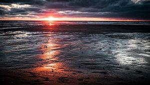 Zonsondergang met dreigende wolken van Gerd Moors