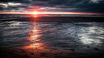 Sonnenuntergang mit bedrohlichen Wolken von Gerd Moors