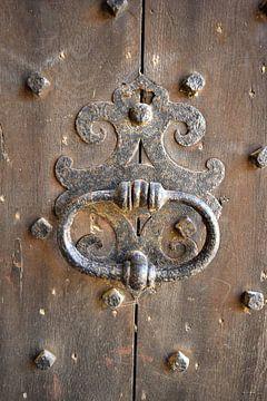 Deurklopper op een oude deur van Nicolette Vermeulen