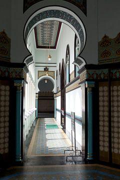 Korridor in der Großen Moschee von Medan von Kees van Dun
