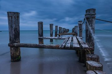 Verwitterter Holzsteg am Strand in Zingst von Christian Müringer