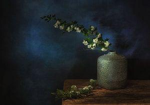 Minimalistisches künstlerisches Stillleben mit Blütenzweigen . von Saskia Dingemans