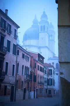 Mysterieus straatbeeld Venetie in de Winter van Karel Ham