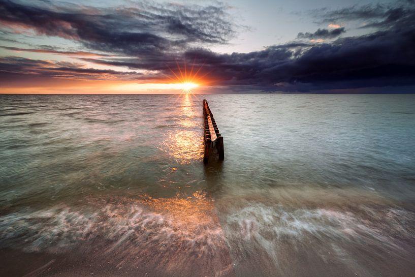 sundown on Ijsselmeer beach van Olha Rohulya