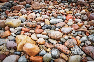 Viele bunte Steine am Strand der Ostsee von Gunter Kirsch