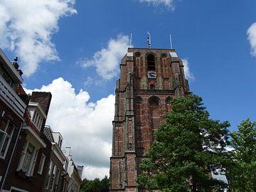 De Oldehove reikt naar de blauwe lucht in Leeuwarden van