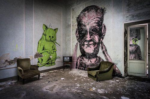 Graffiti in verlaten hotel van Inge van den Brande