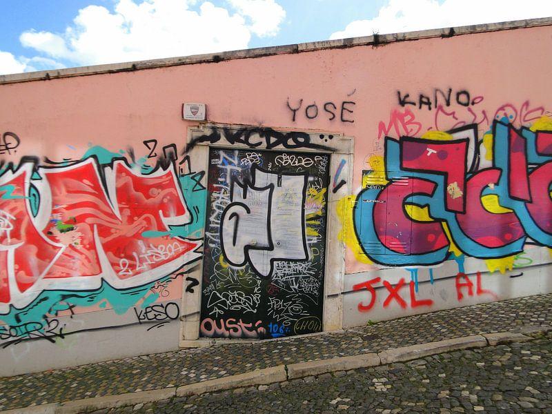 Lissabon, Portugal graffiti muur van Liza Foppen