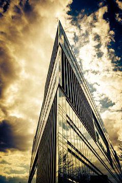 Spitze Fassade eines modernen Bürogebäudes in Hamburg von Dieter Walther