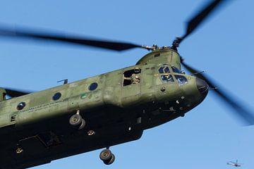 Een Chinook komt aangevlogen voor de landing van