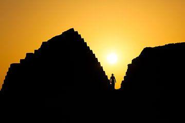 Sihouette entre pyramides au Soudan sur Krijn van der Giessen
