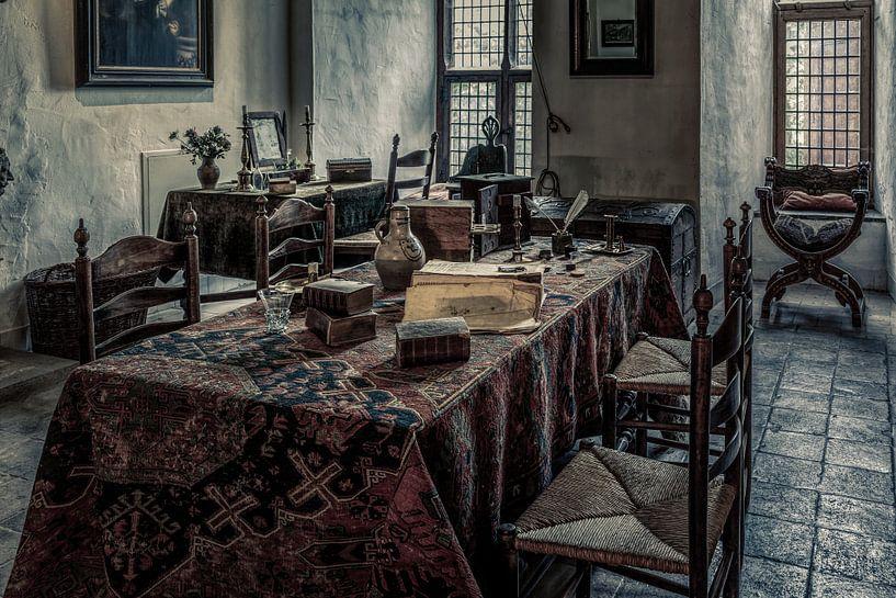 Het interieur in een kamer van een middeleeuws kasteel van Tim Abeln