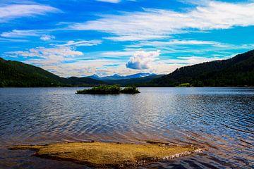 Uitzicht over een meer van Iris van der Veen