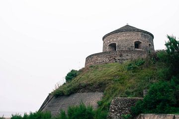 Uitkijk en/of verdedigingstoren in Port-en-Bessin van Desiré Assendelft