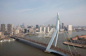 De start van de Marathon aan de voet van de Erasmusbrug in Rotterdam van