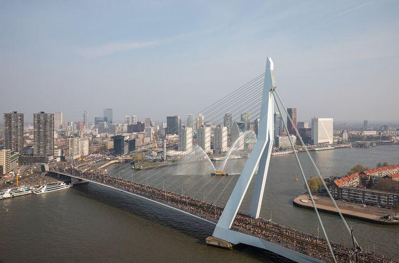 De start van de Marathon aan de voet van de Erasmusbrug in Rotterdam van MS Fotografie | Marc van der Stelt